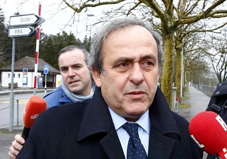 Michel Platini vastasi toimittajien kysymyksiin ennen menoaan Fifan valituskomitean kuultavaksi.