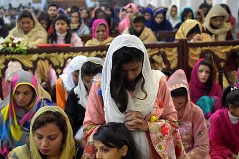 Joulupäivän messuun osallistujia Pakistanin Peshawarissa keskiviikkona.