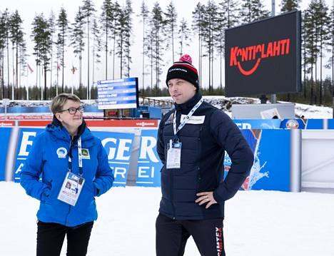 Kontiolahden Urheilijoiden puheenjohtaja Kimmo Turunen ja talkoolainen Pirjo Eronen seurasivat ampumahiihdon maailmancupin järjestelyjä maaliskuussa ennen koronarajoituksia.