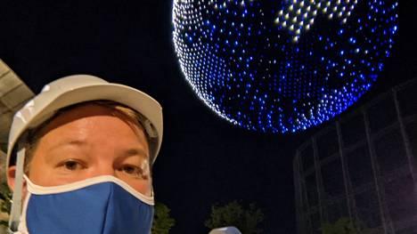 Anttu Koski otti itsestään kuvan taustanaan Tokion olympialaisten droneshow.
