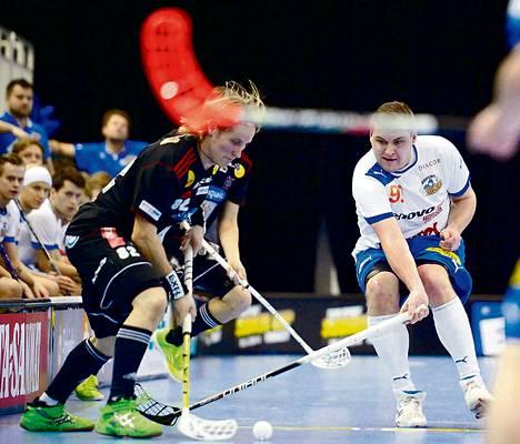 SSV:n Mikael Järvi (vas.) kuljettaa, ja Oilersin Tapio Kinnunen yrittää estää.