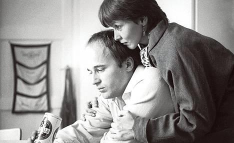 Lentoemäntä (Liisa Halonen) ja rakennusinsinööri (Markku Toikka) yrittävät saada lasta Anssi Mänttärin Rakkauselokuvassa.
