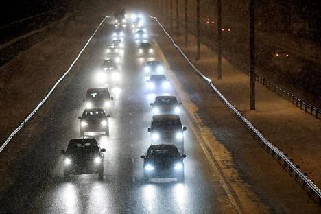 Työmatkaliikenteessä tapahtuu vuosittain yli 20000 tapaturmaa. Tammikuussa työmatkailijoiden liikenneturmia tapahtuu eniten.