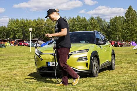 Toimittaja Aapo Laakso etsii latauspistettä Hyundai Konalle aurinkoisessa Sodankylässä.
