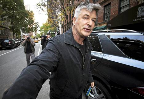Näyttelijä Alec Baldwinin temperamentti on usein saattanut hänet vaikeuksiin. Tässä hän työntää kuvaajan pois tieltään lähellä asuntoaan New Yorkissa viime vuonna.