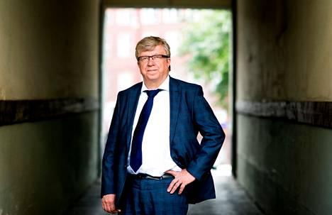 """Keskustan puoluesihteeri Timo Laaninen pohtii mielellään politiikan strategioita. """"Toimittajataustan vuoksi minulla on edellytykset toimia median kautta. Facebookissa olen kohtuullisen aktiivinen."""""""