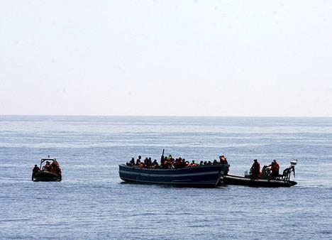 Saksalaisen fregatti Hessenin miehistö auttoi eurooppaan saapuvia pakolaisia Välimerellä toukokuun alussa.