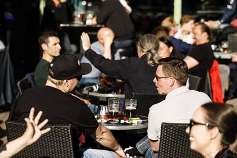 Suomessa terassit täyttyivät kesäkuun alussa, kun koronavirusrajoituksia höllennettiin ja ravintoloiden ovet avattiin. Suomessa päivittäin ilmoitettujen tartuntojen määrä on laskenut viime viikkoina.
