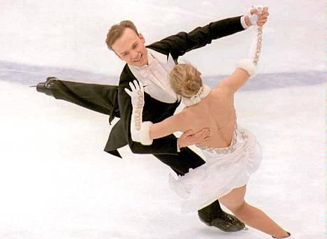 Petri Kokko ja Susanna Rahkamo valssissa Lillehammerin olympialaissia.