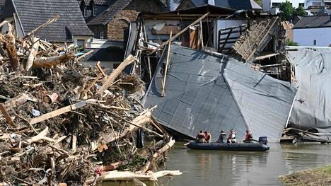 Ilmastonmuutos näkyy muun muassa sään ääri-ilmiöiden yleistymisenä. Voimakkaat tulvat koettelivat kesällä 2021 Euroopassa erityisesti Saksaa ja Belgiaa. Kuvassa tulvassa tuhoutuneita taloja Saksan lounaisosassa.