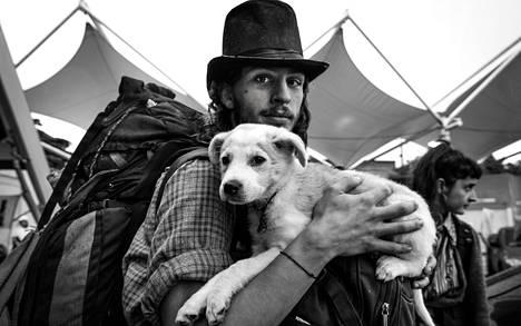 Argentiinalainen Franco saapui torstaina kisaturistien leirintäalueeksi muuttuneelle Rion samba- ja showareenalle. Hän kantoi mukanaan Ecuadorista löytämäänsä Batuca-koiraa.