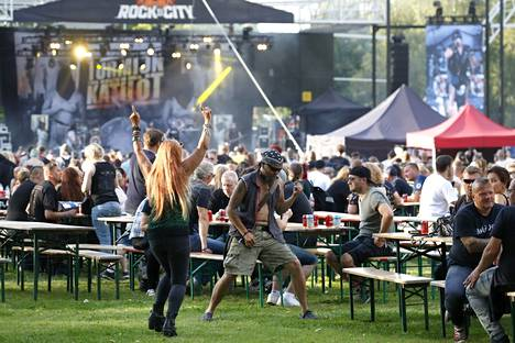Viime kesänä järjestettiin festivaaleja, joissa jokaisella tuli olla istumapaikka. Tänäkin kesänä näin tulee olla osassa yleisötapahtumista. Kuvassa Rock In The City -festivaali Porissa.