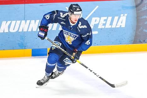 Anton Lundell pelasi ensimmäiset A-maaottelunsa helmikuussa Ruotsin kiekkoturnauksessa. Kuva nuorten maajoukkueesta marraskuulta 2019.