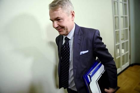 Ulkoministeri Pekka Haavisto (vihr) matkalla eduskunnan perustuslakivaliokunnan kuultavaksi 14. tammikuuta.