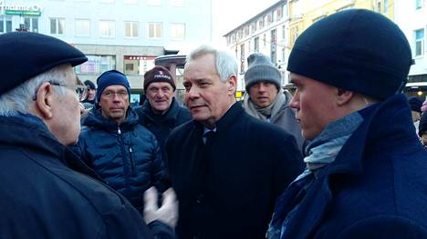 Pääministeri Antti Rinne tapasi puolueen jäseniä demarien joulunavauksessa kävelykatu Rotuaarilla Oulussa.  Omien keskuudessa Rinne sai vankkaa tukea.