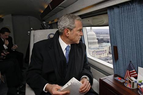 Väistyvä presidentti George W. Bush katseli helikopterin ikkunasta Yhdysvaltain liittovaltion kongressitaloa hänen seuraajansa Barack Obaman virkavalan jälkeen 20. tammikuuta 2009.