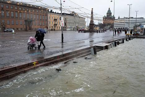 22. helmikuuta: Kovat länsituulet ja voimakkaat sateet nostivat myös merenpintaa myös Kauppatorin edustalla. Torille asti vesi ei tällä kertaa noussut.