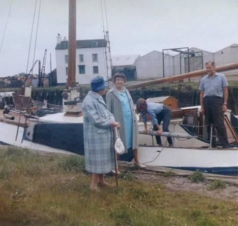 Stasie Mannerheim (vas.) ja Olive Rooney Favershamissa ystäviensä Romanoffien veneellä 1960-luvun lopussa. Kannella Olga Romanoff.