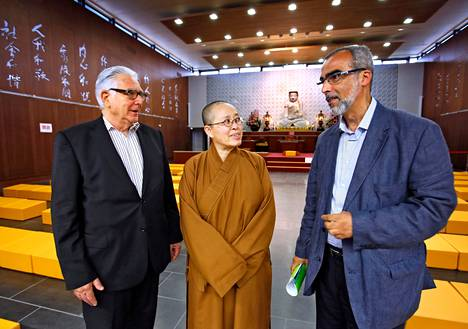 Juutalaisjärjestön johtaja Claude Windisch, buddhalainen nunna Miao Da ja muslimijärjestön varajohtaja Chaoui Farid tapasivat toisiaan Fo Guang Shan -buddhalaisten temppelissä. Viime vuonna valmistunut temppeli on yksi Bussy-Saint-Georgesin perustaman Uskontojen esplanadin pyhistä rakennuksista.