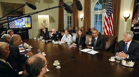 Yhdysvaltain tartuntatautien valvonta- ja ehkäisykeskuksen johtaja Tom Frieden kuunteli videon välityksellä, kun presidentti Barack Obama piti neuvonantajineen Washingtonissa keskiviikkona hätäkokousta.