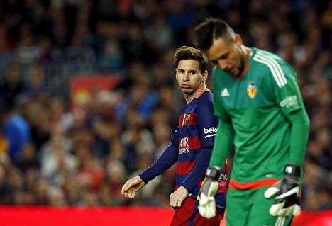 Barcelonan Lionel Messi teki ottelussa 500. maalinsa. Valencian maalivahti Diego Alves torjui muutoin loistavasti.