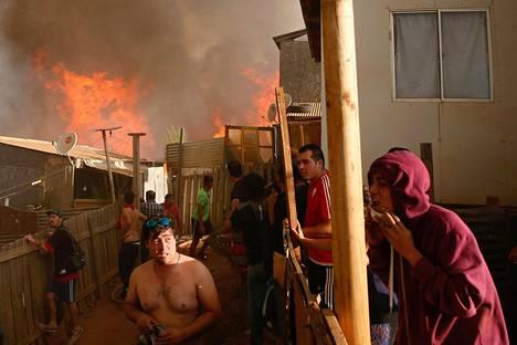 Chileläisen Vina del Marin asukkaat seuraavat hätääntyneinä tulen leviämistä asuinalueellaan lauantaina. Maata vaivaavat runsaat maastopalot kuivuuden takia.