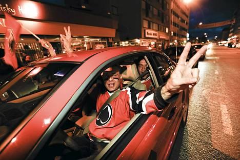 Autoilija Juha Alho ja kaverit juhlii keskustassa.