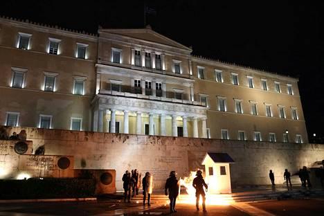 Mellakkapoliisit kävelivät palopommien lieskojen joukossa Kreikan parlamenttitalon edustalla viime viikolla, kun kansanedustajat olivat kokoontuneet päättämään uusista säästötoimista.