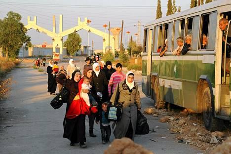 Syyrian virallisen uutistoimiston välittämässä kuvassa Punainen risti evakuoi siviilejä Damaskoksesta viime viikolla.