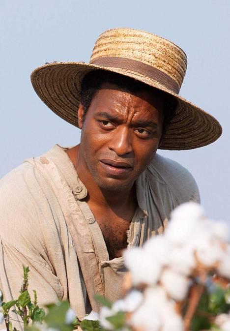Chiwetel Ejiofor näyttelee pääosaa elokuvassa 12 Years a Slave.