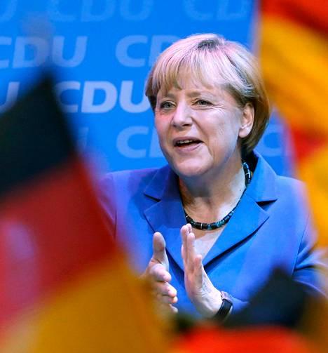 Liittokansleri Angela Merkel <br />riemuitsi kristillisdemokraattien vaalijuhlassa Berliinissä ensimmäisten ovensuukyselyjen <br />tulosten tultua. Huipputuloksesta huolimatta Merkel esiintyi <br />omiensa edessä viilipyttymäisesti, ominaiseen tyyliinsä.