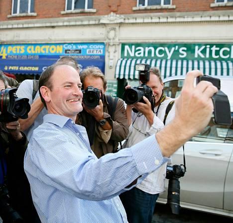 Ukip-puoleen ensimmäinen parlamentaarikko Douglas Carswell otti perjantaina itsestään valokuvan median ympäröimänä Clapton-on-Seassa itäisessä Englannissa.
