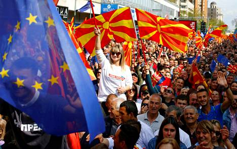 Skopjessa osoitettiin mieltä EU-jäsenyyden puolesta huhtikuussa 2019. Neuvottelukarikot pakottivat Pohjois-Makedonian pääministerin Zoran Zaevin eroon tammikuussa.