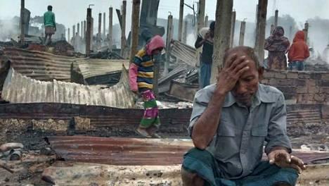 Rohingya-pakolaisten palaneen leirin asukas bangladeshilaisessa Cox's Bazarissa torstaina.