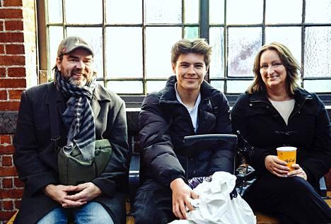 Kenneth, Magnus ja Susanne Appeley odottivat asemalla junaa.