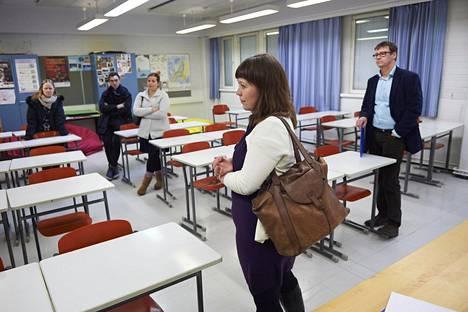 Opetuslautakunnan Katri Korolainen (vihr) tutustuu entisen koulunsa nykyisiin tiloihin rehtori Pertti Purhosen opastamana. Suutarilassa vanhemmat kutsuivat päättäjiä kuulemaan koulun tilanteesta tiistaina.