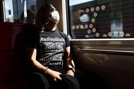 Useat asiantuntijat esittävät, että Suomi ottaisi käyttöön kasvomaskisuosituksen koronaviruksen torjumiseksi. Kasvomaskia käyttävä matkustaja metrossa Helsingissä 10. kesäkuuta 2020.