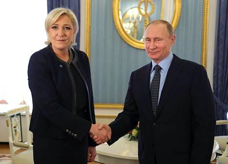 Ranskan Kansallisen rintaman presidenttiehdokas Marine Le Pen kätteli Venäjän presidenttiä Vladimir Putinia perjantaina Moskovassa.