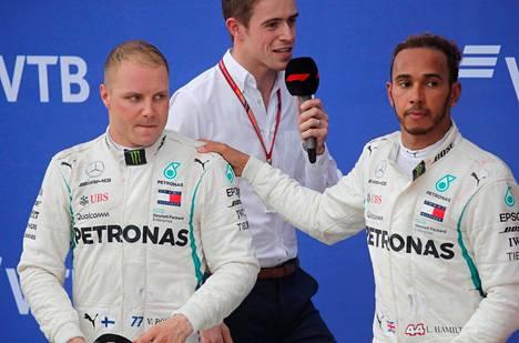Lewis Hamilton lohdutti Valtteri Bottasta palkintopallilla.