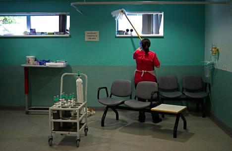 Sairaala-apulainen pyyhki pölyjä röntgenosastolla.
