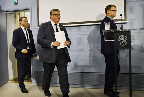 Perussuomalaisten puheenjohtaja Timo Soini astelemassa tiedotustilaisuuteen hallituksen budjettiehdotuksesta 1. syyskuuta.