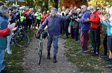 Russ Mantlen saavutusta juhlistettiin hänen kotiseudullaan Mytchetissä, noin 60 kilometriä Lontoon keskustasta lounaaseen, kun entinen kirvesmies ajoi miljoonasta puuttuvat neljä mailia.