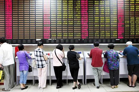 Sijoittajat seuraavat pörssin tietoja keskiviikkona Shanghaissa.