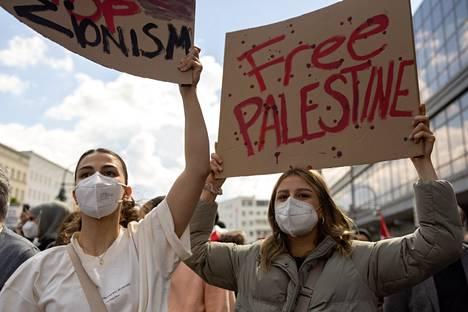 Berliinin mielenosoituksessa iskulauseita huudettiin englanniksi, saksaksi ja arabiaksi.