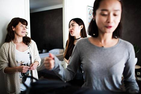 Suomen ensimmäinen airbnb-emäntä Mari Tikkanen keskusteli kiinalaisvieraidensa Vivian Liun ja Lily Yangin kanssa viime vuoden syyskuussa.