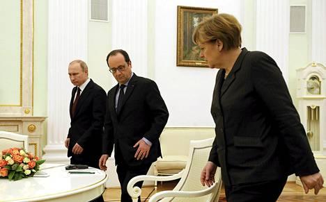 Venäjän presidentti Vladimir Putin (vas.), Ranskan presidentti François Hollande ja Saksan liittokansleri Angela Merkel neuvottelivat Moskovassa perjantaina ja jatkoivat keskusteluja puhelimitse sunnuntaina.