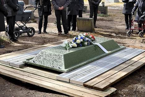 Hautajaisiin tai muistotilaisuuksiin osallistuminen suositellaan rajattavaksi vain hyvin suppeaan lähiomaisten joukkoon.
