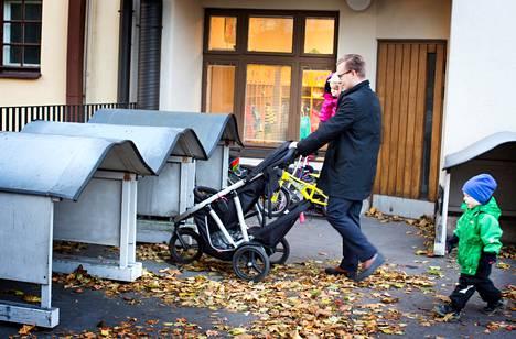 Ullanlinnassa asuva Jari Lahti tuo Astridin, 1, ja Markuksen, 3, päiväkoti Eiraan. Matalaan katokseen mahtuvat myös kaksikerroksiset vaunut.