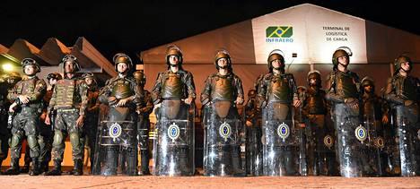 Mellakapoliisi turvasi Australian MM-joukkueen saapumista Brasiliaan Vitorian kaupungissa keskiviikona.
