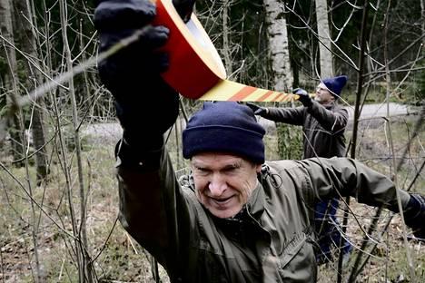 Mielenosoitukset Keskuspuiston puolesta vaikuttivat. Matti Arponen ja Kai Lyytinen virittivät huhtikuussa Keskuspuistoon huomionauhaa, josta voisi nähdä mistä kohtaa puistoa oltaisiin kaavoittamassa uuteen käyttöön.